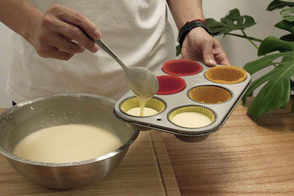 步驟4:烘焙用紙杯鋪入馬芬蛋糕模中,將麵糊注入烘焙用紙杯內,約8分滿即可。