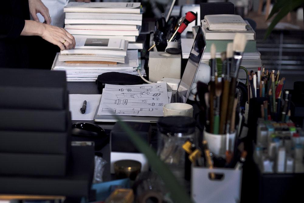 辦公室內隨處可見的手稿與書籍,是長年累積創作靈感下所幻化的成果。