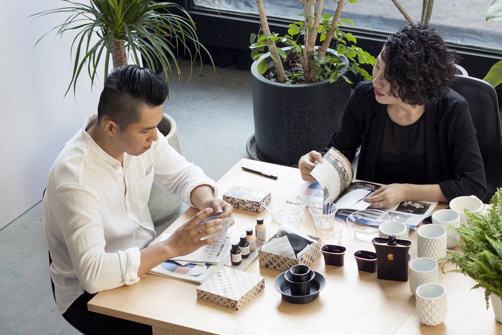 臺灣設計品牌「黑生起司」執行長CAM(左)與藝術設計總監Vii(右)。