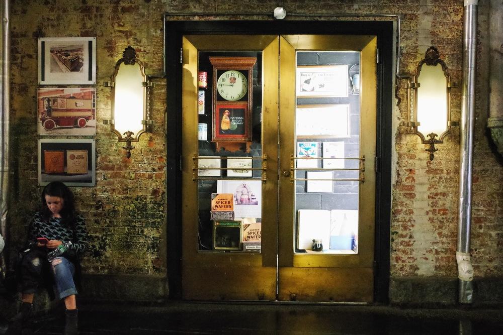 櫥窗裡展出部分的當年餅乾工廠廣告物品