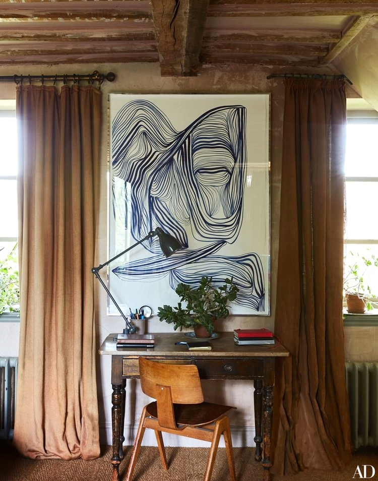And what about this abstract ink meets mid-century desk chair meets overall woodsy farm look ? Je love it!