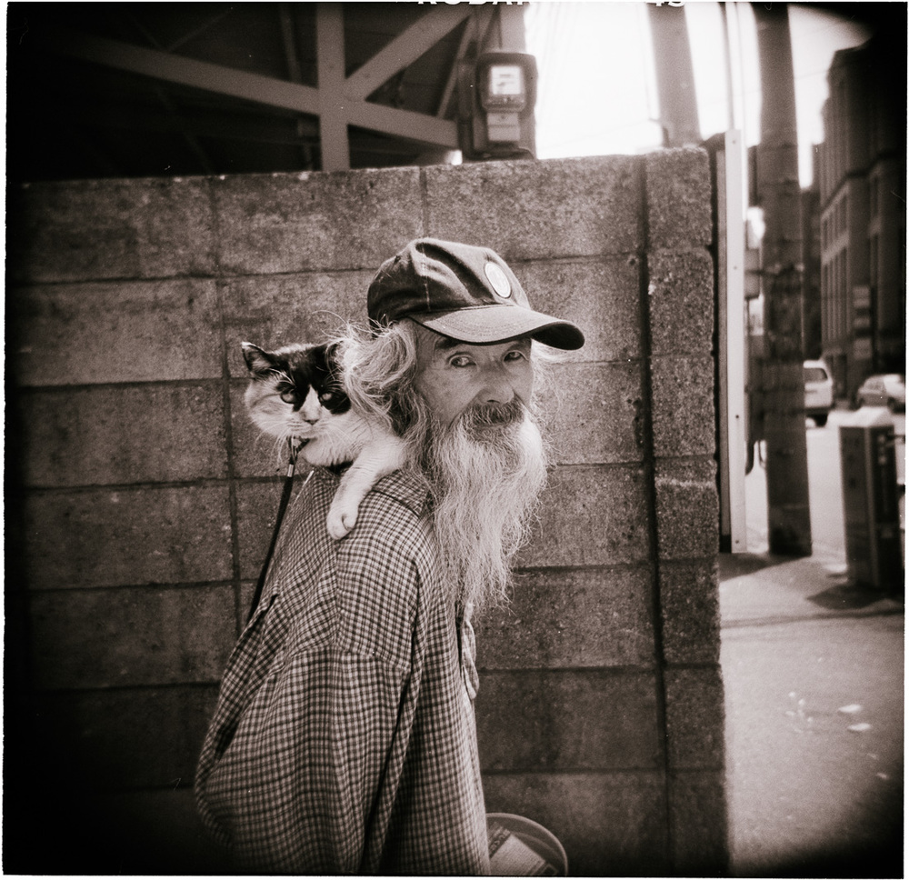 05-old-man-with-cat-tokyo-1.jpg