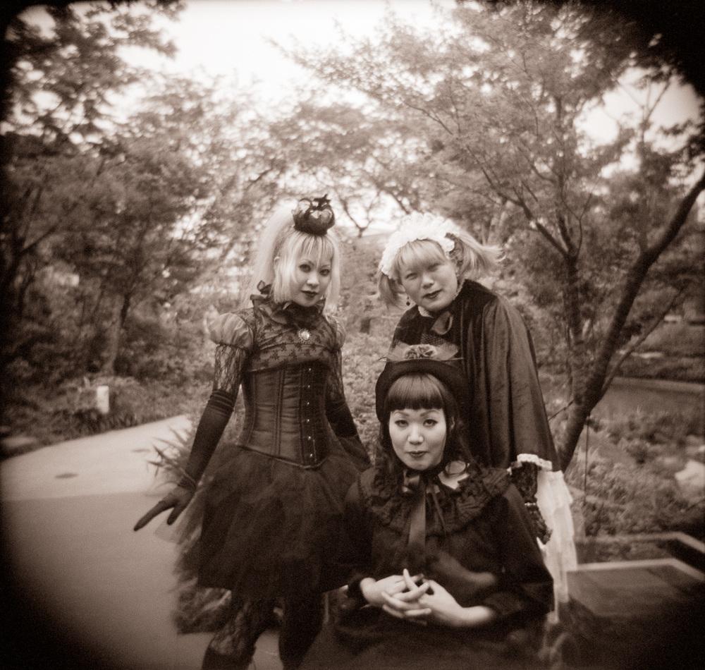 06-roppongi-goth-girls.jpg