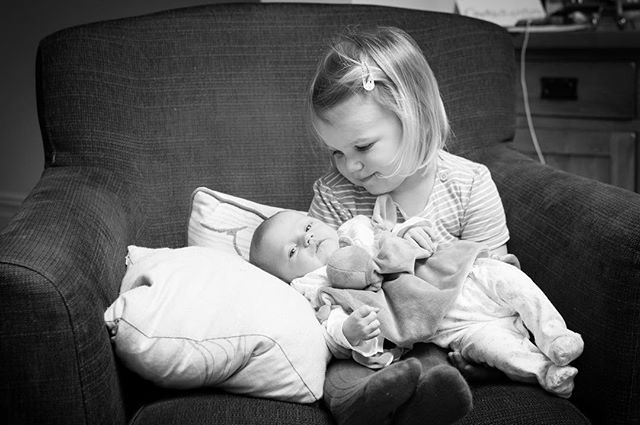 There's not much that'll top a proud-big-sister look 👀 ❤️ • • • • • #proudbigsister #sisters #newborn #newbornbaby #newbornphotography #londonphotographer #rosiewedderburnphotography #family #familyphotographer #blackandwhite #blackandwhitephotography #candidchildhood #truelove #sistersforever #monochromephotography