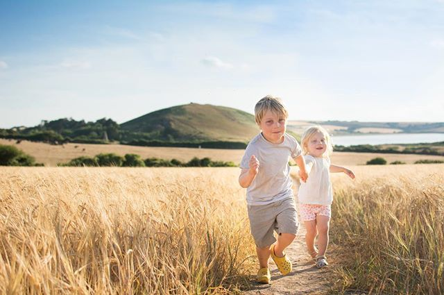 Sometimes the light is perfect and the backdrop is perfect and you can't resist taking a photo of your perfect nephew and niece 😍💕 • • • • • #magicofchildhood#letthekids#goldenhour#takeapicture#cornwall#naturallight#clickinmoms#golden#childhoodunplugged#family#actionshot#daymerbay#englishsummer#goldendays