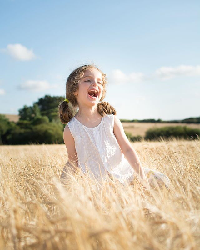 My girl. Laughing at her cuz. In a cornfield. 🤣🌾🤷🏼♀️ • • • • • #magicofchildhood#goldenhour#portraitphotography#laughter#cameramama#dearphotographer#livelittlethings#wheatfield#butnottheresamay#summer#rosiewedderburnphotography#ukphotographer