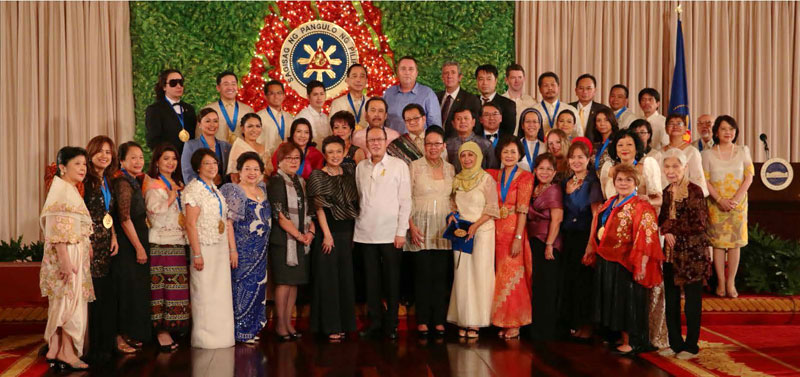 President Benigno S. Aquino with the 2014 winners of the Presidential Awards for Filipino Individuals and Organizations Overseas. Photo credit: Presidentialawards.cfo.gov.ph