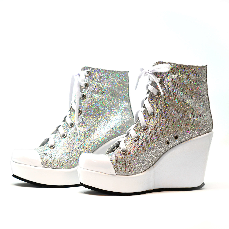 Converse Tennis Shoes </p>                     </div> <!--bof Product URL --> <!--eof Product URL --> <!--bof Quantity Discounts table --> <!--eof Quantity Discounts table --> </div> </dd> <dt class=