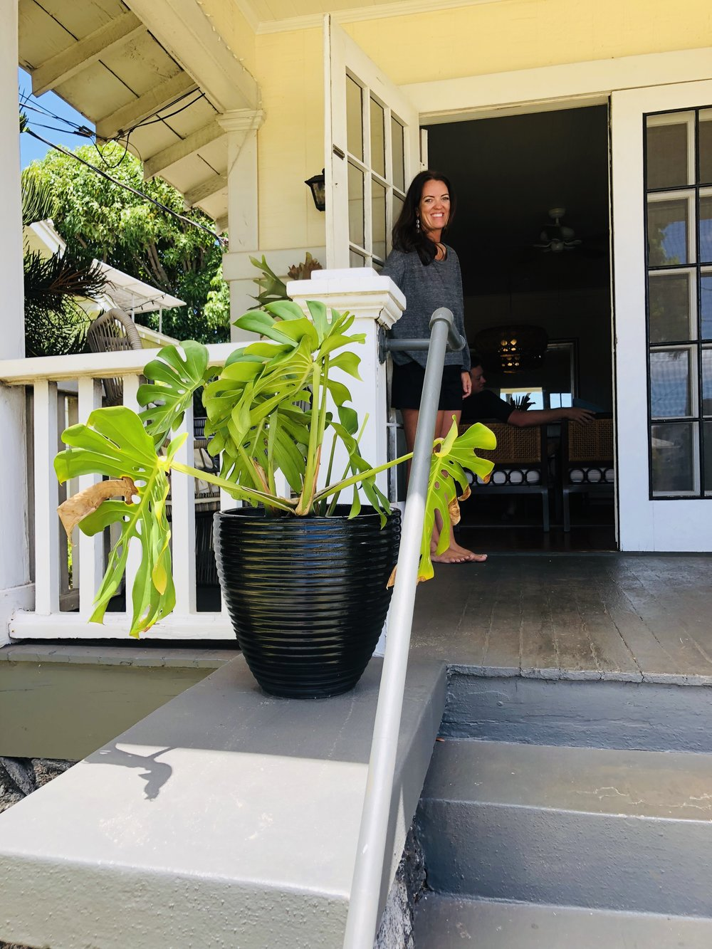 This entry way screams, ALOHA! 🌺  If you choose to have plants as a welcoming invitation into your home or space, ensure that they reflect the mana that you personally show them on a daily basis. Plants thrive off of just the right balance of love, water, and sunshine. When we Malama (care for) our environments, they too return the favor and care for us! - #greenislife