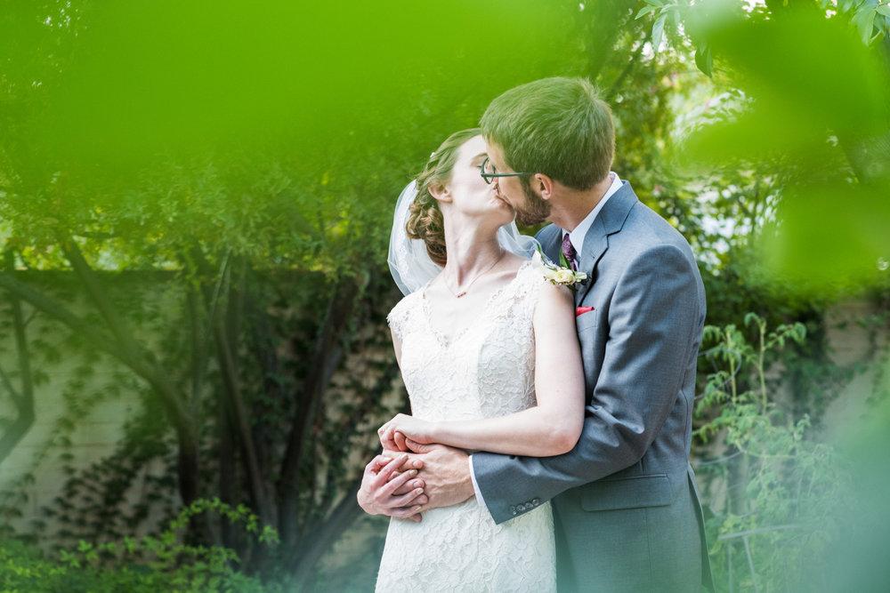 thefranklinhouse-wedding-kiss.jpg