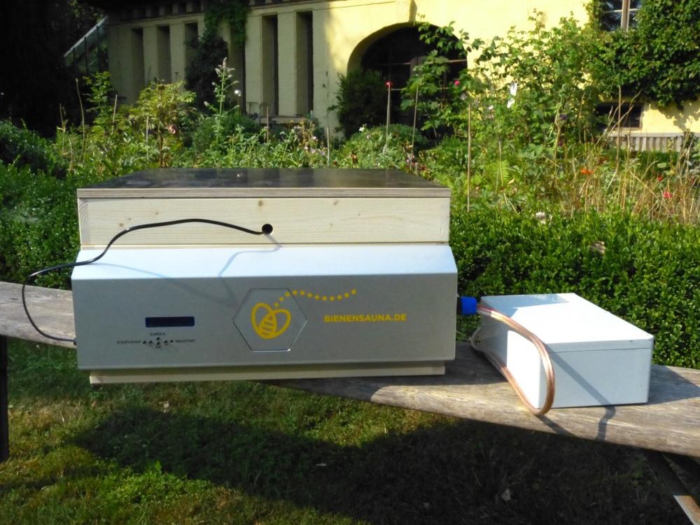 Überschrift - Mit unserer BIENENSAUNA® wollen wir den Kampf gegen die Varroa-Milbe gewinnen. Es gibt viele Gründe, daran zu glauben. Denn mit unserem Gerät wird das gesamte Bienenvolk mit Warmluft behandelt. Und zwar in der Bienenbeute direkt am Stand.