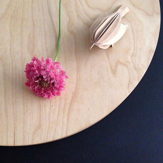 ❤️ Natural birch wood ❤️ #lovibird #cuttingboard #scabiosa