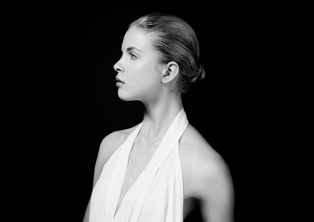 Black and white profile portrait of a model.jpg