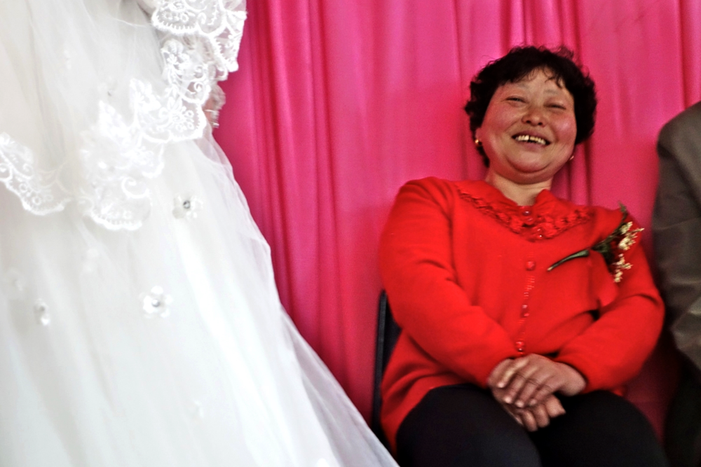 Yang Cuilan, the mother of the groom.