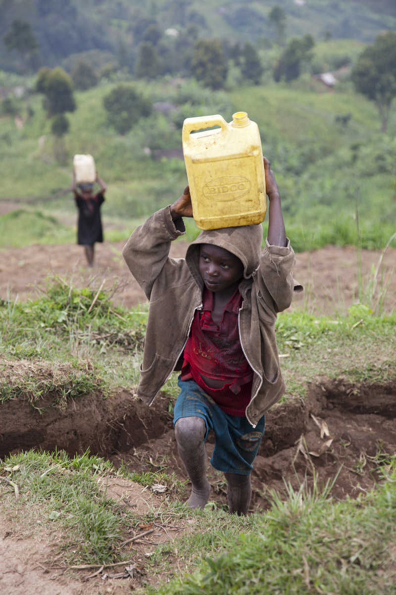 Children transporting water in Masango