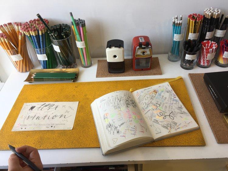 """Mesa de """"teste"""" dos lápis"""