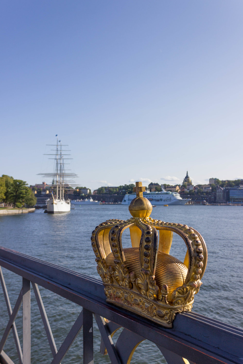 The golden crown in the middle of the bridge to Skeppsholmen