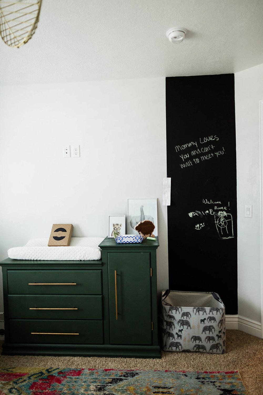 Pan de mur peint avec de la peinture à tableau noir