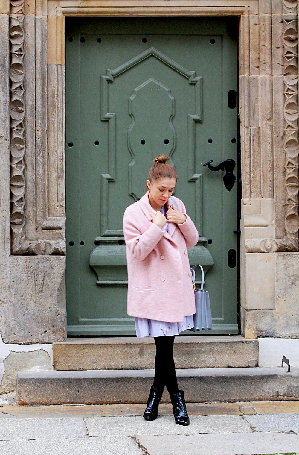 rożowy płaszcz