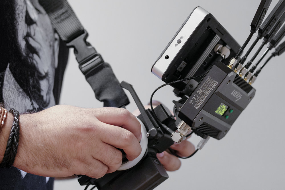 Easily handles heavier rigs like the SmallHD 702 monitor and Vaxis Storm 1000+ receiver.