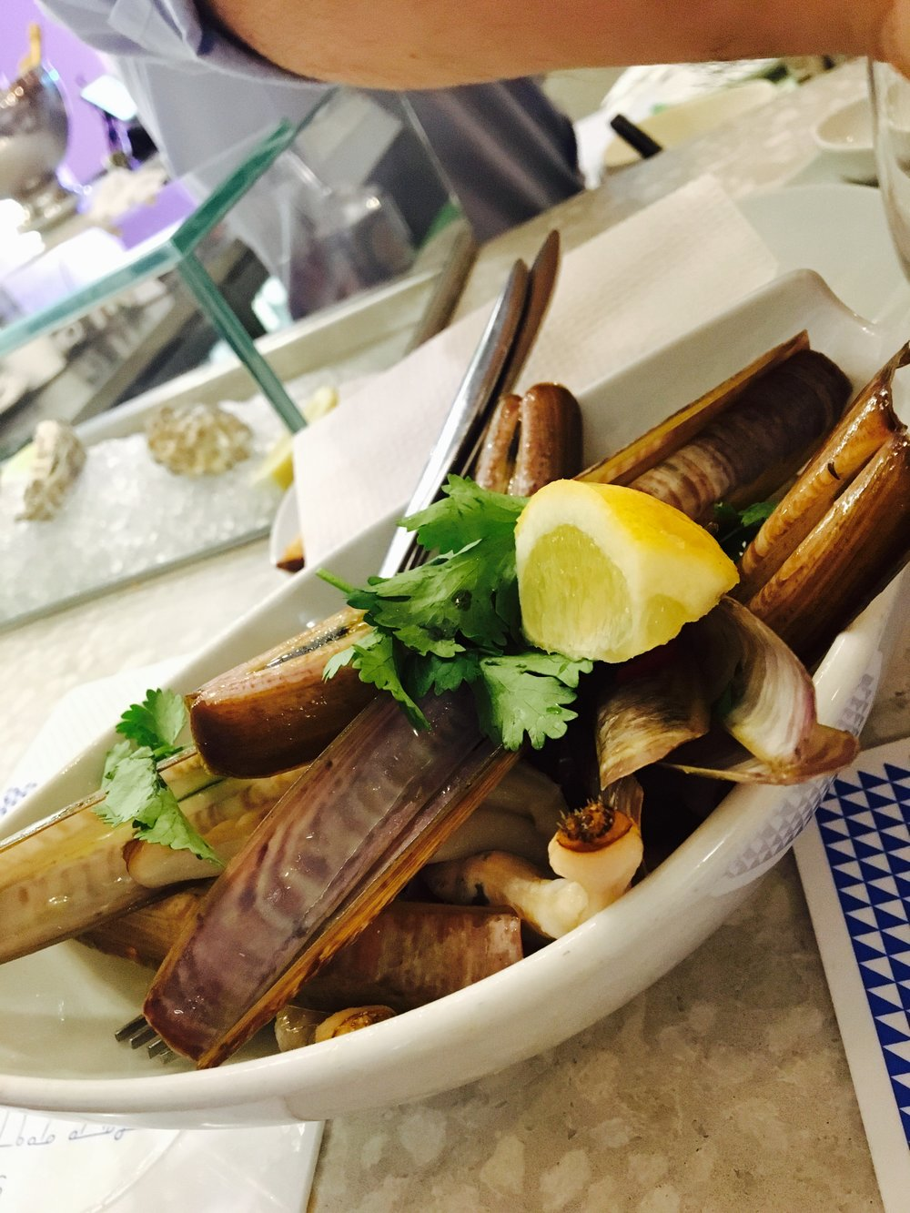 Seafood dinner at Ostras & Coisas: my stomach's introduction to a little thing called razor clams.