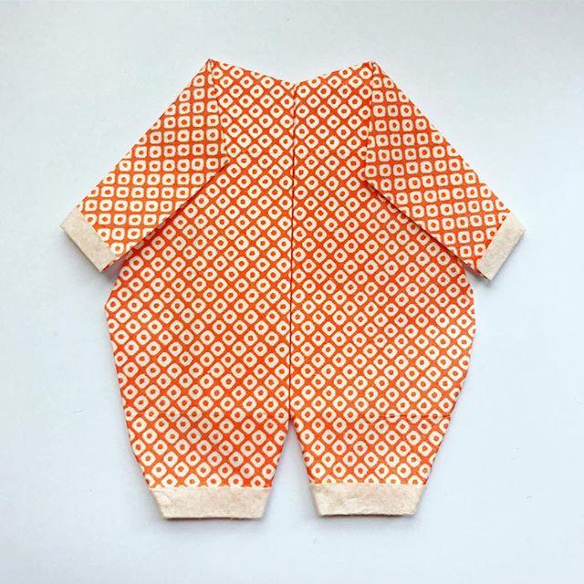 Activité du dimanche, un petit origami grenouillère pour la future petite de @aurore_co2 et @julien_piers 💕 #welcometotheworld