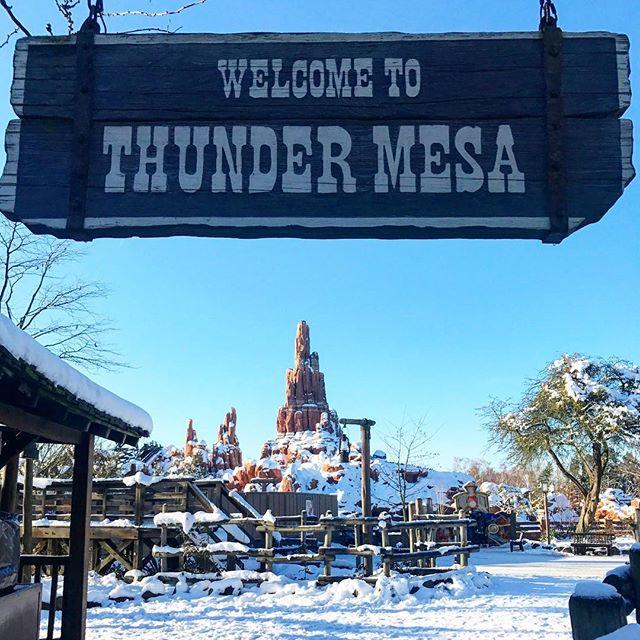 Mon land préféré encore plus beau sous la neige avec un grand soleil, on a bien fait de se lever tôt ! ❄️#DisneylandParis #Frontierland #WelcomeToThunderMesa