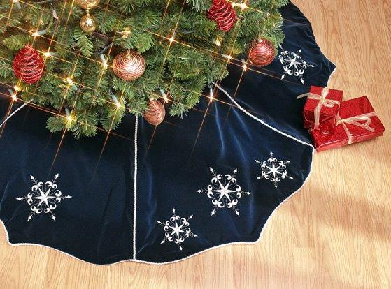 Scalloped Style Velvet Tree Skirt with Snowflake embroidery