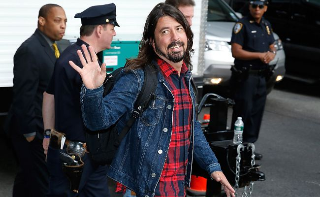 dave-grohl-waving.jpg