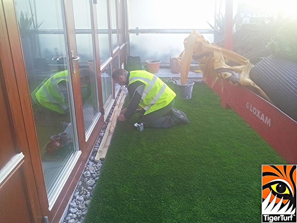 Installer fitting artificial grass