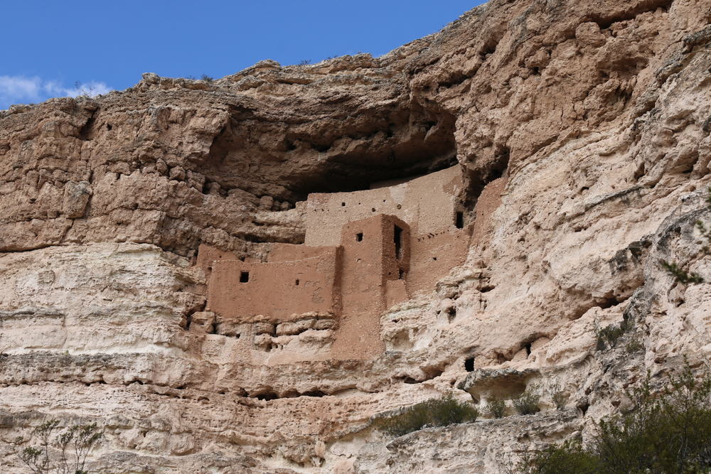 Montezuma Castle, nr. Camp Verde: cliff dwellings built by the pre-Columbian Sinagua people.
