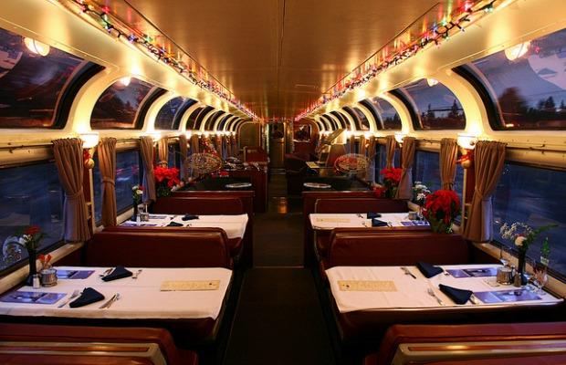 Dining car on Coast Starlight / Flickr