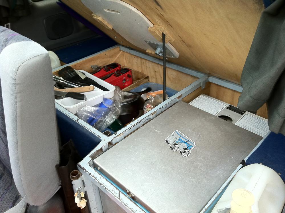 Køleboks og proviantkasse i vores første campervan