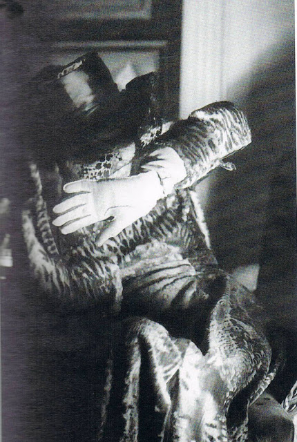Candid photograph of luisa Casati by cecil beaton, ca 1954.jpg