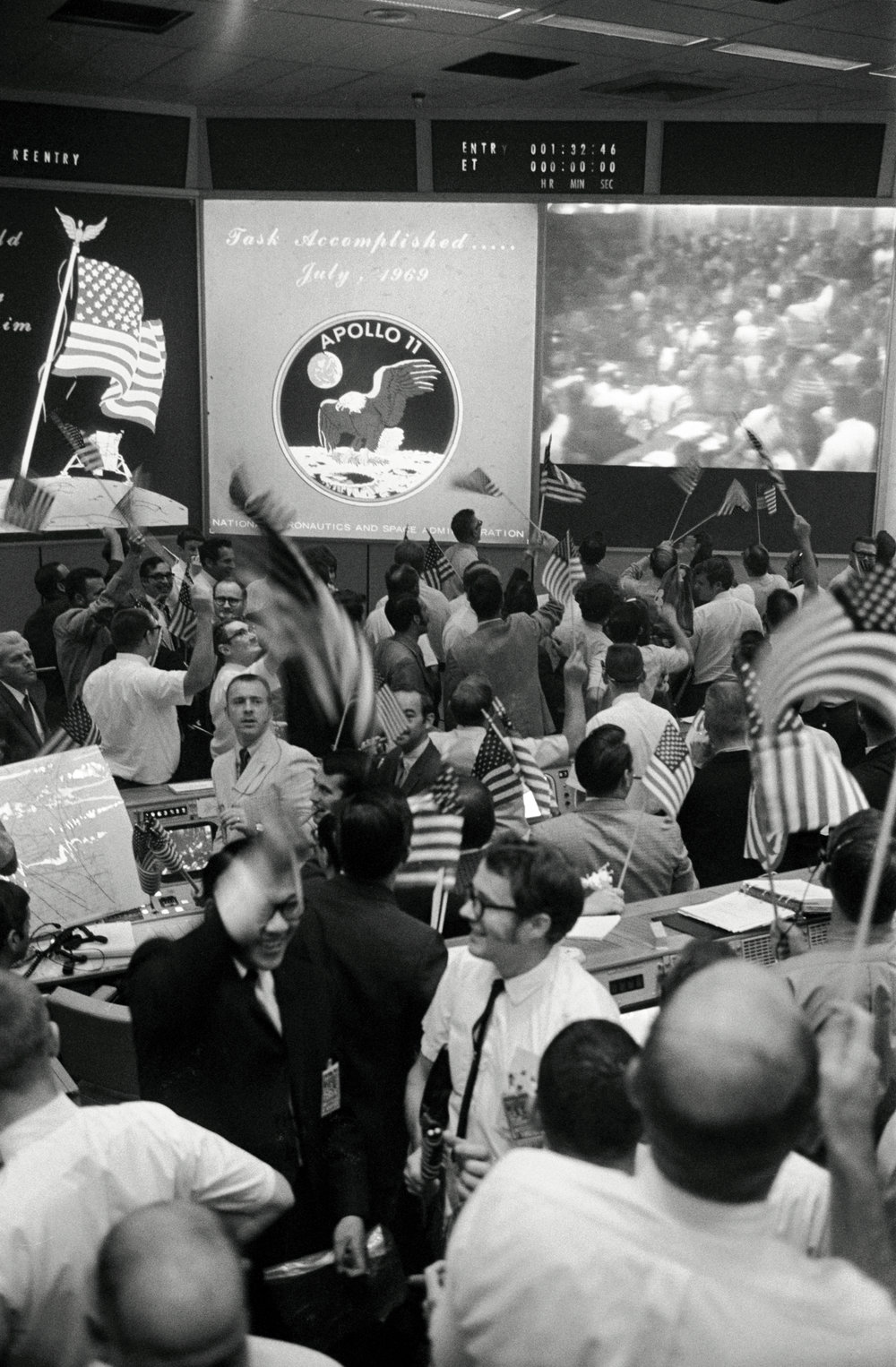 Mission_Control_Celebrates_After_Conclusion_of_the_Apollo_11_Lunar_-_GPN-2002-000033.jpg