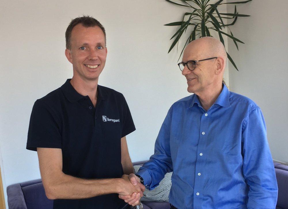 Terje Rudlende, Senior Project Manager Improvements Borrregaard, and Jon Stærkebye, CEO Visavi, signed the contract in Halden, June 20,2017.