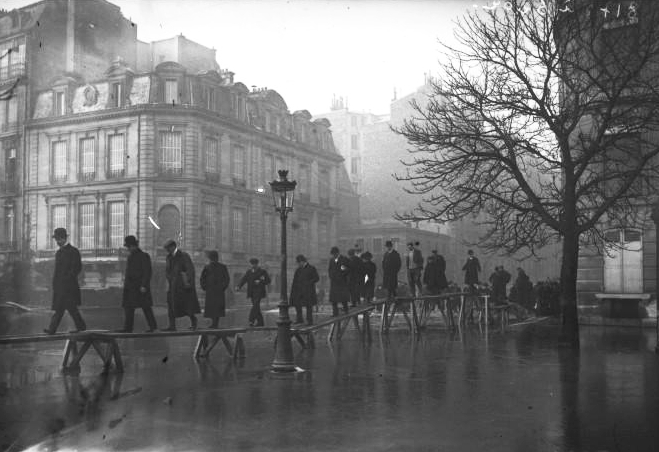 Wooden bridges over flooded Paris - Avenue Montaigne, Paris, 1910, Bibliothèque nationale de France