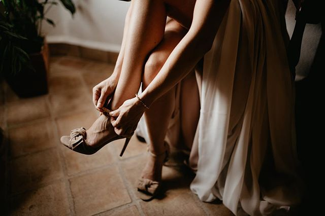 Getting ready! #algarvephotographer #algarveweddings #algarveweddingphotographer #algarveweddingplanners #lookslikefim #couplegoals #dirtybootsandmessyhair #firstsandlasts #belovedstories #loveauthentic #vscofilm