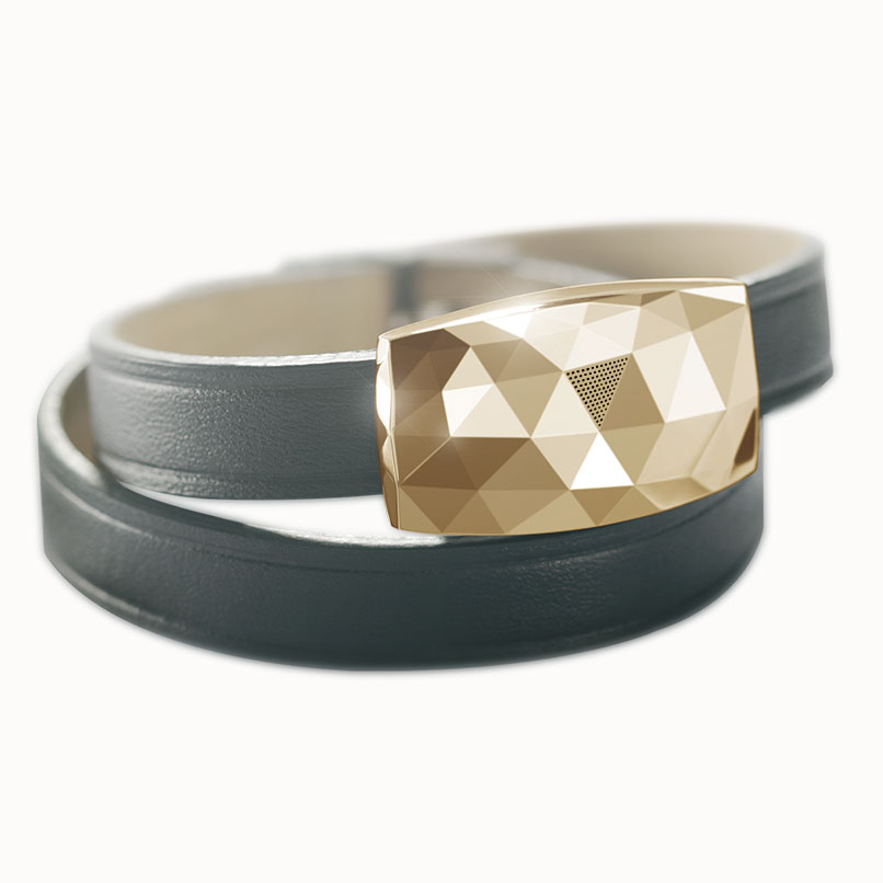 Bijou connecté June by Netatmo, médaillon à facettes couleur or, à bracelet double tour en cuir