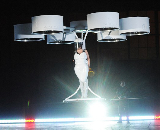 """Lady Gaga s'envole dans Volantis, the """"Flying dress"""", propulsée par des drones, à l'occasion du lancement de son album ArtPop, sorti le 11 novembre 2013."""