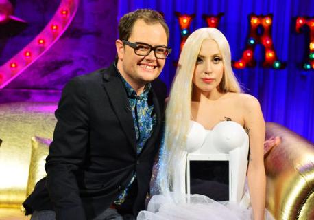 Lady Gaga et sa robe iPad, lors de l'émission d'Alan Carr, Chatty Man, le 6 décembre 2013.