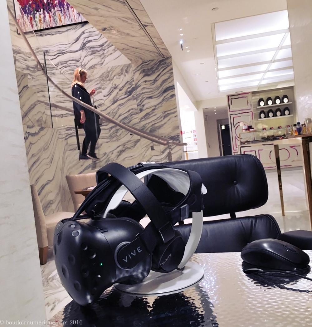 Casque de réalité virtuelle Vive dans la boutique Guerlain des Champs-Elysées