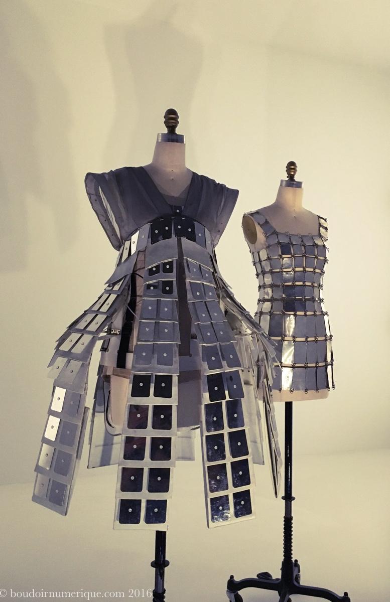 A l'avant-plan, robe animatronique de la collection One Hundred and Eleven d'Hussein Chalayan (prêt-à-porter printemps/été 2007). Photo : Boudoir numérique.