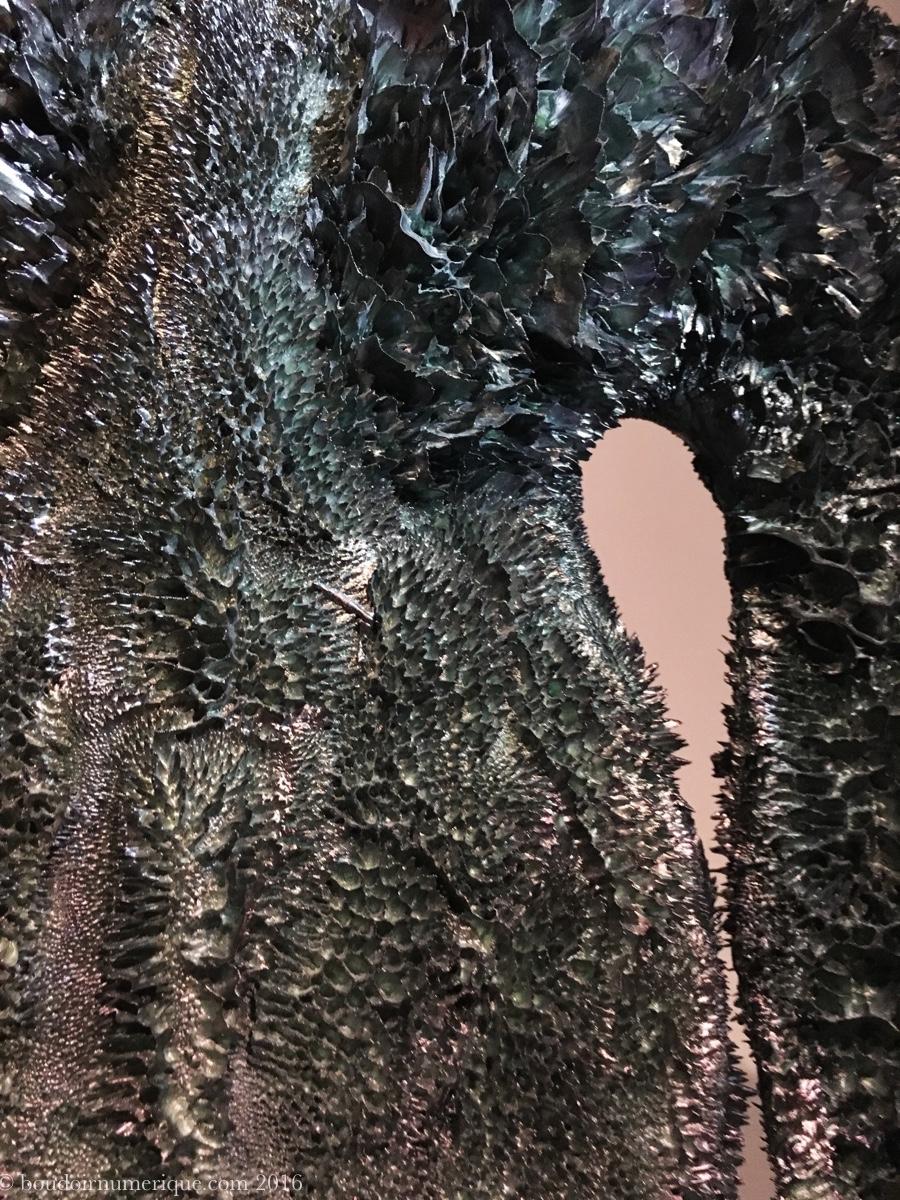 Détail de la robe Iris van Herpen en poudre de métal sculptée à la main avec des aimants (collection haute couture, automne/hiver 2013-2014). Photo : Boudoir numérique.