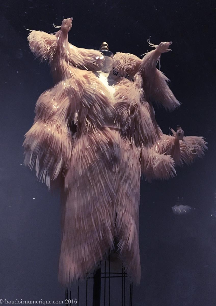 Robe d'Iris van Herpen avec plumes de silicone découpées au laser (collection haute couture automne/hiver 2013-2014). Photo : Boudoir numérique.