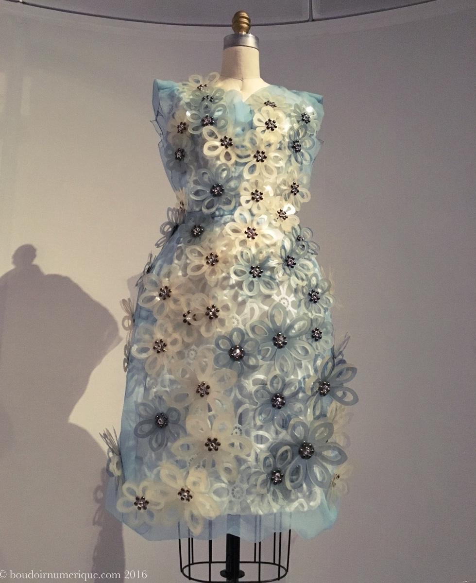 Robe Marc Jacobs pour Louis Vuitton, agrémentée de fleurs en plastique découpé au laser (collection prêt-à-porter printemps/été 2012). Photo : Boudoir numérique.