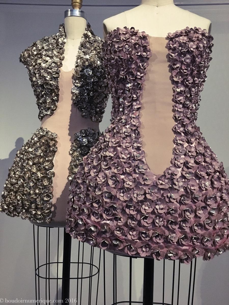 Robes Alexander McQueen avec pétales de fleurs en métal émaillé (collection prêt-à-porter printemps/été 2009). Photo : Boudoir numérique.
