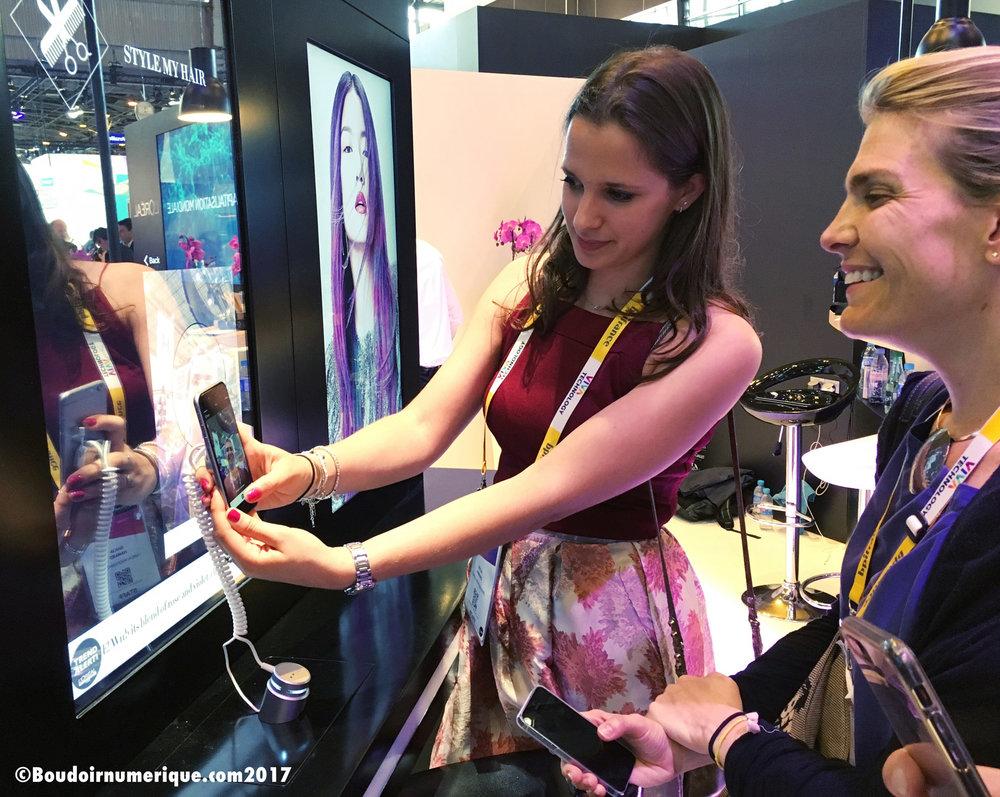 Consultation coiffure avec l'application Style My Hair au comptoir connecté de L'Oréal, à Vivatech 2017 (photo : Le Boudoir Numérique)