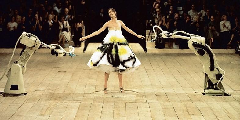 Le mannequin Shalom Harlow, lors du final du défilé N°13 d'Alexander McQueen, en 1998, à Londres
