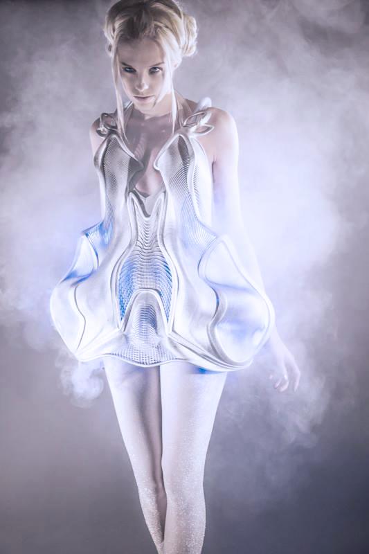 Smoke dress d'Anouk Wipprecht avec Niccolo Casas, en 2013